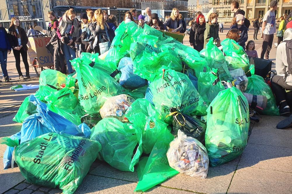 Funde von 3,5 Stunden Müllsammeln in Leipzig (und eine Tour von 4 fehlte noch) auf dem Augustusplatz. Foto: Marco Arenas