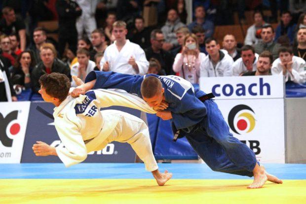 Viktor Becker (JCL/ li.) verlor im Bronze-Kampf gegen Nicolas Kunze (MTSV Aerzen/ re.). Foto: Jan Kaefer