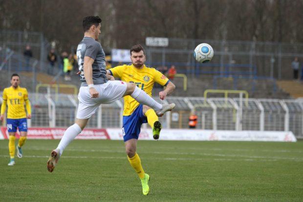 Amer Kadric (Auerbach) erwischt den Ball vor Paul Schinke (Lok). Foto: Jan Kaefer