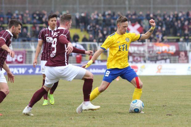 Maximilian Pommer (Lok) gegen Marcel Rausch (BFC) in Aktion. Foto: Jan Kaefer