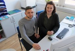 Ausbildung bei Lipsia: Melanie Weidner hat sie mit Bravour gemeistert, Ilias Tzegka ist mitten dabei. © W&R IMMOCOM