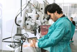 """Mit dem Lernspiel """"SurMe"""" können Ärzte erste chirurgische Handgriffe sowie eine komplette Bandscheibenoperation üben. Quelle: Swen Reichhold"""