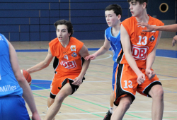 Der 15-Jährige Malcolm Neufert (Nr.4.) aus dem JBBL-Team wird am Sonntag für die U-20-Mannschaft auflaufen. Rechts Moritz Otto. Foto: Birger Zentner