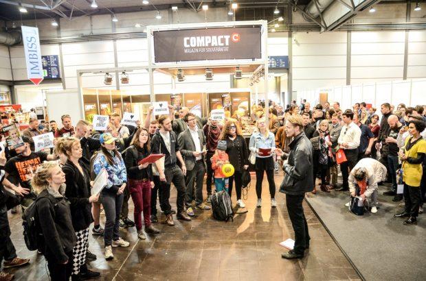 """Der weltberühmte """"Singeclub Leipzig"""" bei seinem Ständchen auf der Buchmesse. Foto: Tim Wagner"""