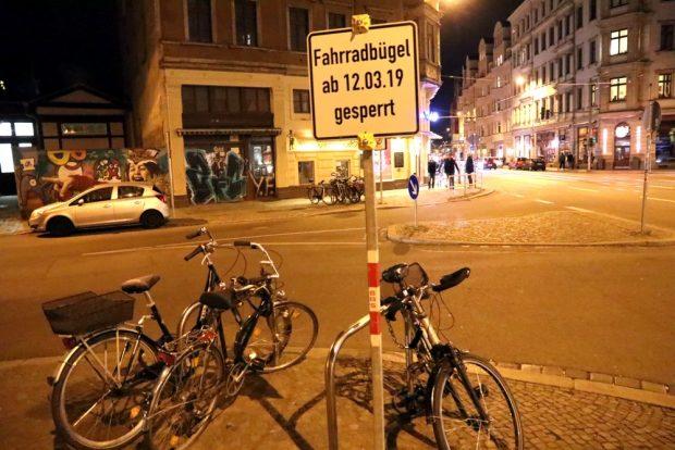 Ein bisschen unklar, was das heißen soll. Kommen die weg, um Platz für eine Lieferzone an der Lessingstraße am Sparkasseneck zu schaffen? Foto: L-IZ.de