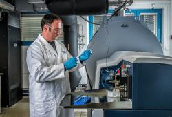 Florin Musat an einem hoch auflösenden Massenspektrometer. Mit diesem Gerät konnte er den Stoffwechselweg von Candidatus Argoarchaeum ethanivorans entschlüsseln. Bild: André Künzelmann / UFZ