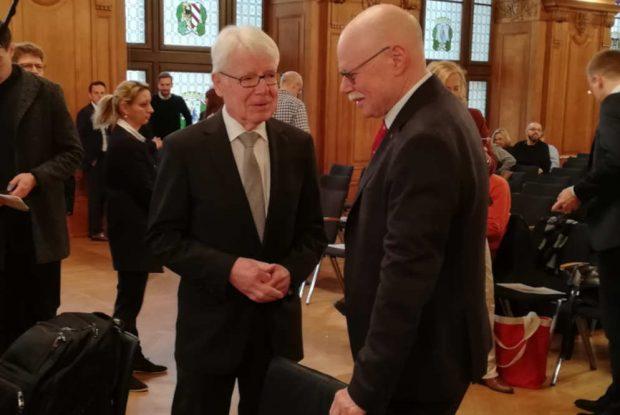 DFL-Präsident Reinhard Rauball und Bremens Innensenator Ulrich Meurer treffen sich vor Verhandlungsbeginn im Sitzungssaal. Foto: Martin Schöler