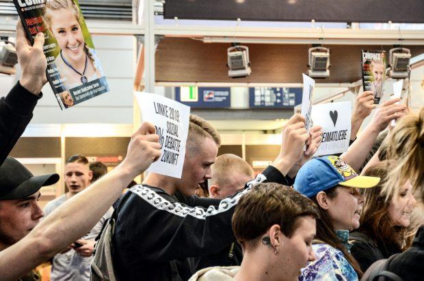 Identitäre beim Bedrängeln der Sängerinnen. Foto: Tim Wagner