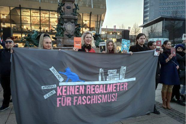 Jeder zeigte Lieblingsbücher gegen Hass und Rassismus. Mit dabei ua. (am Banner, vlnr) Irena Rudolf-Kokot (SPD), Katharina Krefft (Grüne), Anna Kaleri (Grüne, Lauter leise e.V.) und Jürgen Kasek (Grüne). Foto: Marco Arenas