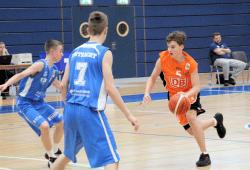 Leonard Meinel treibt den Ball in die gegnerische Hälfte. Er und die anderen MBC Jungwölfe wollen in Rendsburg gewinnen, um die Entscheidung über den Klassenerhalt zu vertagen. Foto: Birger Zentner