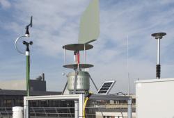 Mit einer zweiten Messstation auf dem Dach des Uniklinikums erfassen die UKL-Allergologen jetzt zusammen mit dem Helmholtz-Zentrum für Umweltforschung (UFZ) zusätzliche Daten zum Pollenflug in Leipzig. Foto: UKL