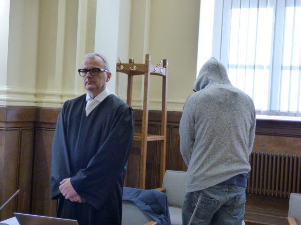 Will nicht erkannt werden: Robert G. (39, r.) vor Verhandlungsbeginn. Foto: Lucas Böhme