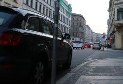 Parken direkt am Halteverbotsschild an der Inneren Jahnallee am 23. März 2019. Foto: L-IZ.de