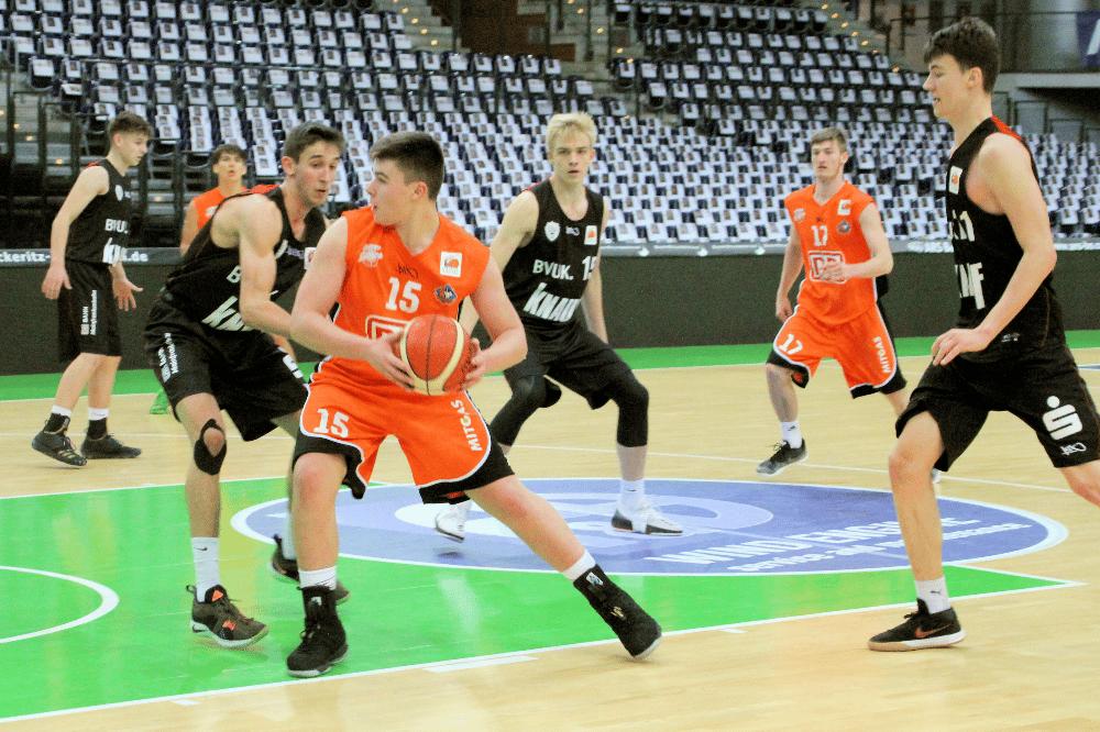 Paul Schlaug (mit Ball im Spiel gegen Würzburg) und die anderen NBBL-Spieler wollen in Neu-Ulm bestehen. Foto: Birger Zentner