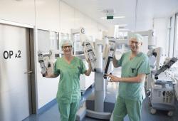 """Prof. Ines Gockel (links), Direktorin der UKL-Viszeralchirurgie, hat die wissenschaftliche Leitung der Informationsveranstaltung am 21. März inne. Einer der Referenten des Abends ist Oberarzt Dr. Boris Jansen-Winkeln (rechts). Für Darmkrebs-Operationen nutzen die beiden UKL-Experten auch den """"da Vinci""""-Operationsroboter. Foto: Stefan Straube / UKL"""