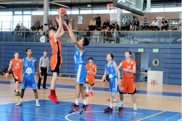 Tim Schmidt (am Ball) und seine Mannschaftskameraden kämpfen um den Platz in der JBBL. Foto: Birger Zentner