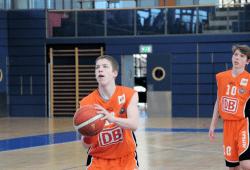 Sean Ludwig, hier bei einem Freiwurf, erzielte gegen die Baltic Sea Lions mit 10 Punkten und 11 Rebounds ein Double-Double (rechts: Jan Papenfuß). Foto: Birger Zentner