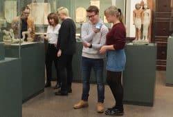 Ende 2018 waren Schüler aus Naila auf Exkursion in Leipzig und haben die ersten Textentwürfe der Audioguides vor den Objekten im Ägyptischen Museum getestet. Foto: Ägyptologisches Institut der Universität Leipzig