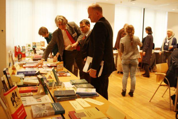 Bunter Büchertisch zum Pressetermin des Börsenvereins. Foto: Ralf Julke