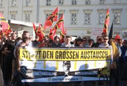 """Aktivisten der """"Identitären Bewegung"""" auf einer Legida-Demo im Juni 2015. Foto: L-IZ.de"""