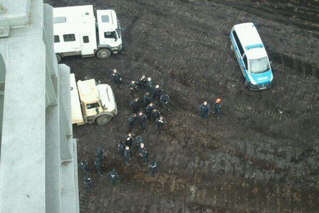 So sieht es aus wenn die Polizei anrückt – der Blick vom Bagger. Foto: Privat