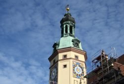 Frisch polierte Uhr am Alten Rathaus. Foto: Ralf Julke