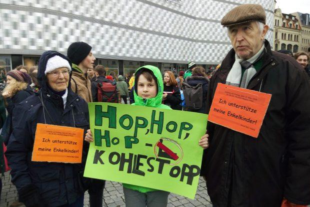 Auch Oma und Opa Mey haben auf dem Richard-Wagner-Platz ihre Unterstützung für die demonstrierenden Enkel deutlich gemacht. Foto: Marek Scholz