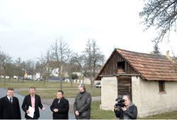Jörg Kiesewetter (MdL, links), Landrat Kai Emanuel (2.v.l.)und Volker Tiefensee (MdL) überreichen Schkeuditzs Bürgermeister Rayk Bergner (3.v.l.) den Förderbescheid. Foto: Landratsamt Nordsachsen/Bley