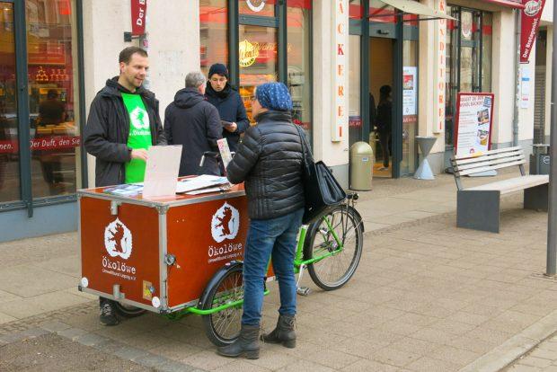 Ökolöwe unterwegs beim Unterschriftensammeln für das 365-Euro-Ticket. Foto: Ökolöwe