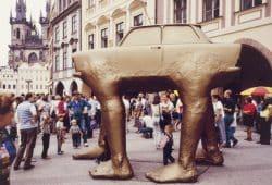 """Skulptur """"Quo Vadis"""" des tschechischen Künstlers David Černý in der Prager Altstadt, 1990. Foto: Claudio Hils"""
