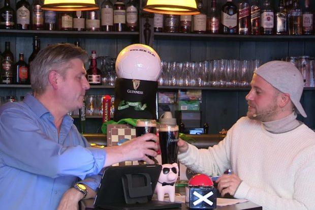 Die Moderatoren Norman Landgraf (li.) und Martin Hoch stoßen auf das Sendungsjubiläum an. Screenshot: Sportpunkt
