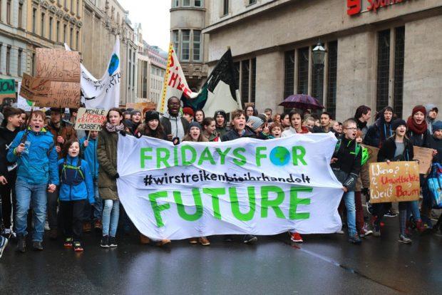 Sieht ganz und gar nicht kompromissbereit aus. Über 2.000 junge Menschen verlangen am 15. März 2019 eine andere Klima- und Verkehrspolitik bei Fidays for Future in Leipzig. Foto: Marco Arenas