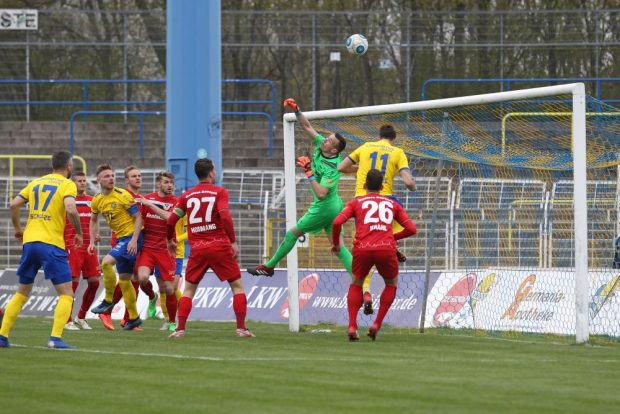 Torwart Christopher Schulz (Bautzen) ist vor Ryan Malone (Lok) am Ball. Foto: Jan Kaefer