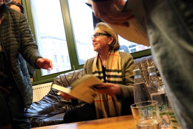 """An diesem Abend ausverkauft. Dr. Eva Umlauf signierte ihr Buch """"Die Nummer auf deinem Unterarm ist blau wie deine Augen"""" (2016). Foto: L-IZ.de"""