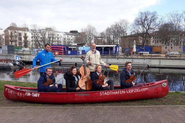 Alle in einem Boot. Foto: Friederike Seifert
