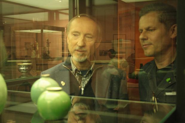 Kunstsammler Bernd Freese ( li.) u. Co-Kurator Thomas Moecker ( re.) im Fachgespräch. Foto: Daniel Thalheim
