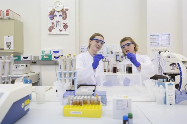 Auch den Beruf des Medizinisch-technischen Laboratoriumsassistenten (MTLA) kann man an der Medizinischen Berufsfachschule des UKL erlernen. Foto: Stefan Straube / UKL
