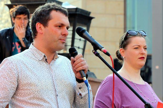 Christopher Zenker (SPD) und Ute Elisabeth Gabelmann (Piraten) am 6. April auf dem Leipziger Markt. Foto: L-IZ.de