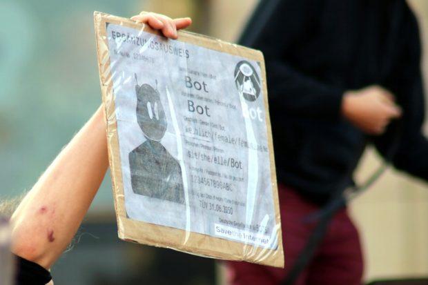 Der dumme Vorwurf der Politik es seien Bots und keine Menschen wird zum Ergänzungsausweis auf der Leipziger Demo. Foto: L-IZ.de