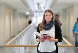 Dr. Ulrike Leistner möchte mit ihren Forschungen Leistungsempfängern helfen, die Bescheide und Anschreiben von den Ämtern besser zu verstehen. Foto: Johannes Ernst