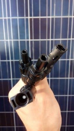 Ein Stecker für das Solarmodul. Der Strom wird gewandelt für die Einspeisung in die Steckdose. Foto: Privat