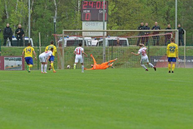 Der zwischenzeitliche 1:1-Ausgleich fiel für Rathenow per Elfmeter. Foto: Thomas Gorlt