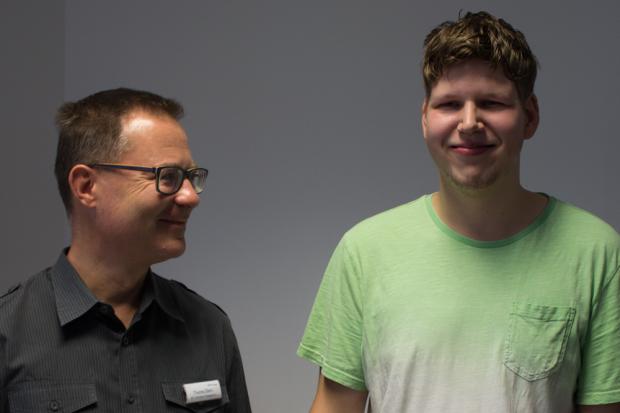Eric-Richard Marks (l.) freut sich mit seinem Bildungsbegleiter er BvB-Maßnahme Thomas Eilers über den positiven Start ins Arbeitsleben. © M. Lindner, BFW Leipzig