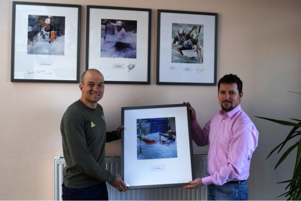 Franz Anton (Weltmeister im Kanu-Slalom) und Christoph Kirsten (Leiter des Kanuparks) vor der Ehrengalerie. Quelle: Kanupark Markkleeberg