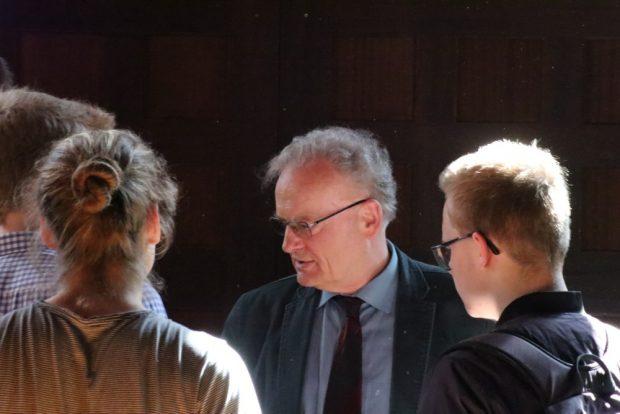 Friedrich Schorlemmer im April 2018 nach der Veranstaltung im Gespräch mit Schülern. Foto: Michael Freitag