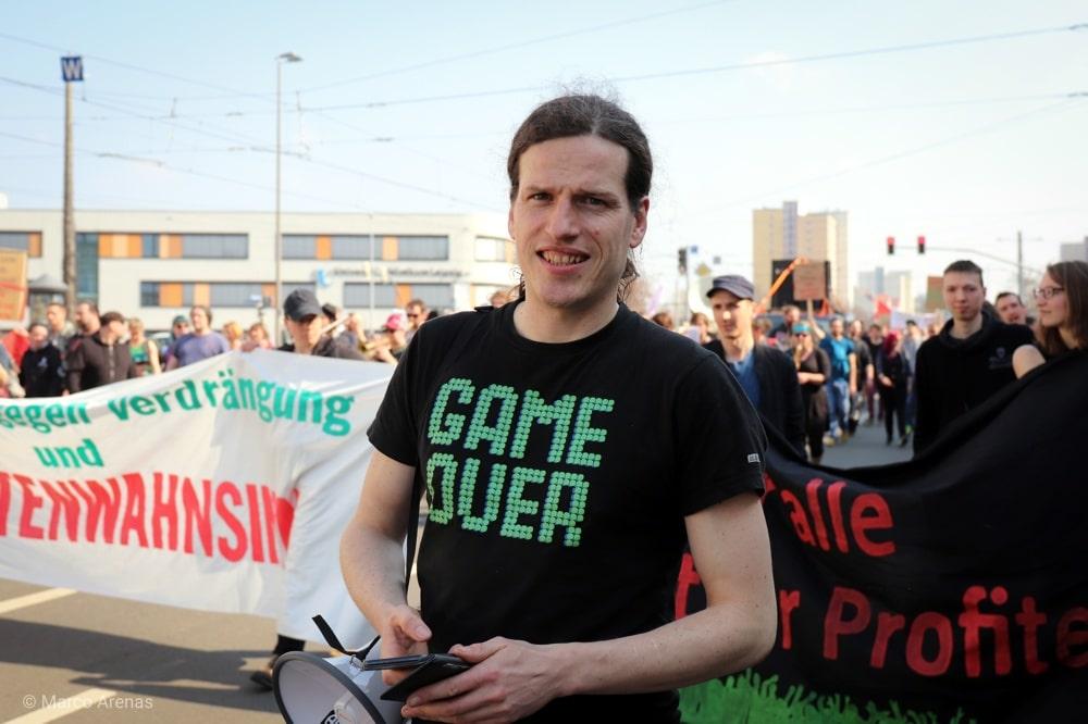 Jürgen Kasek auf dem Bayerischen Platz am 6 April zur Mietenwahnsinn-Demo in Leipzig. Foto: Marco Arenas