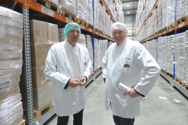 Kai Emanuel (l.) und Christian Borchers beim Betriebsrundgang. Foto: Anika Büttner/M&M I Maikirschen & Marketing