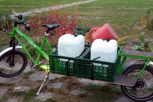 Mit Hilfe dieses Lastenrades bewässert Sabine die Böden. Foto: Sabine Roßberg, Claudia Friedrich