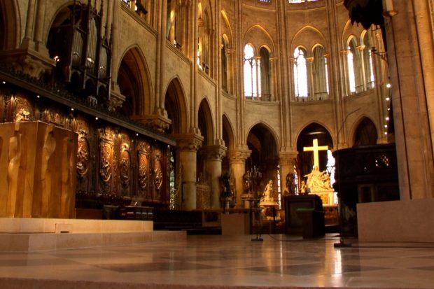 Das leuchtend goldene Kreuz in der Notre-Dame. Foto: Kurt Muehmel, Wikipedia