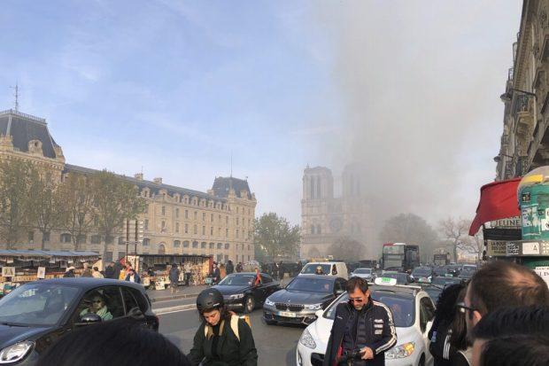 Zirka 19:30 Uhr: Notre Dame brennt. Foto: Dirk Pappelbaum
